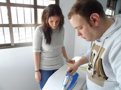 Persona recibiendo el servicio apoyado por educadora social. Programa DOMUS