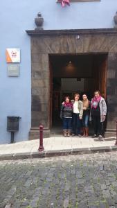 Equipo de evaluadores en la fachada de La Casa de La Juventud de la Orotava.