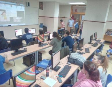 Pilar, de Centro de Día, visita uno de las factorías durante los talleres para comprobar cómo va su videojuego.