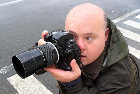 Fernando, fotógrafo con síndrome de Down, enfocando. Autor: Rafa Nuca/ Nos, Why Not
