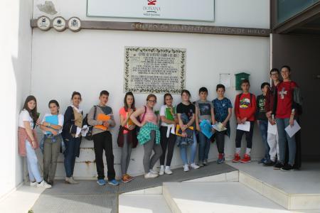 Foto de grupo con Magallanes y Elcano